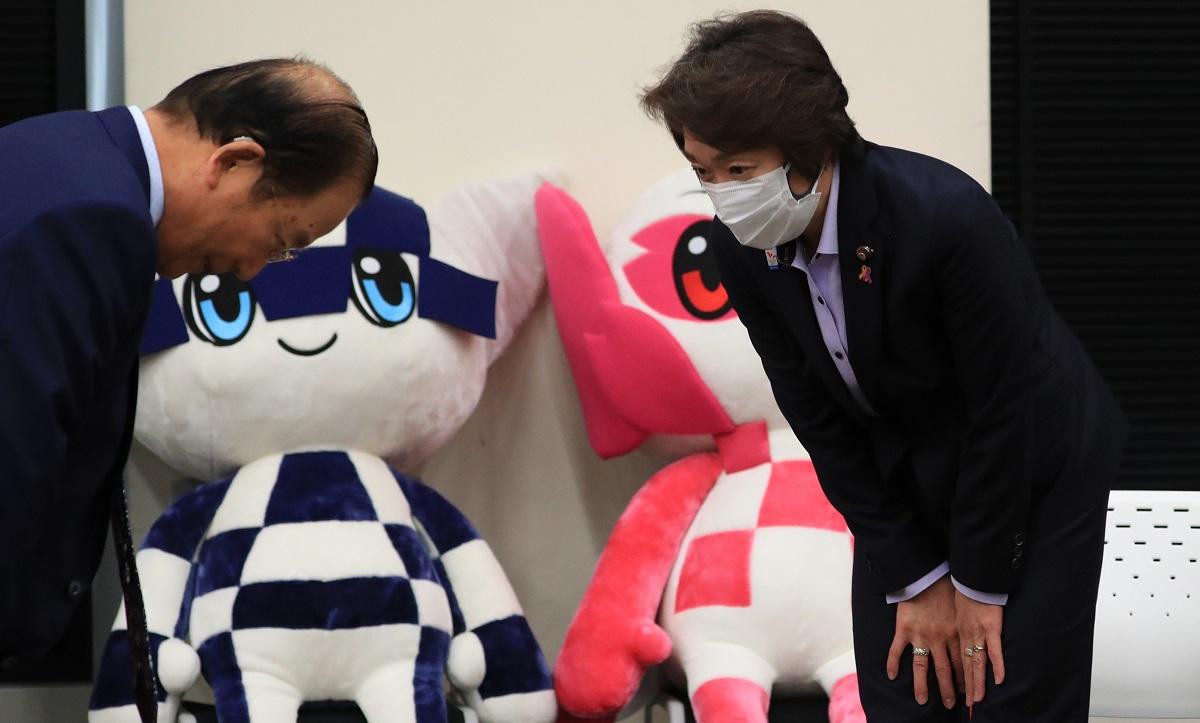 写真・図版 : 東京五輪・パラリンピック組織委員会の武藤敏郎事務総長に挨拶する橋本聖子会長=2021年2月19日
