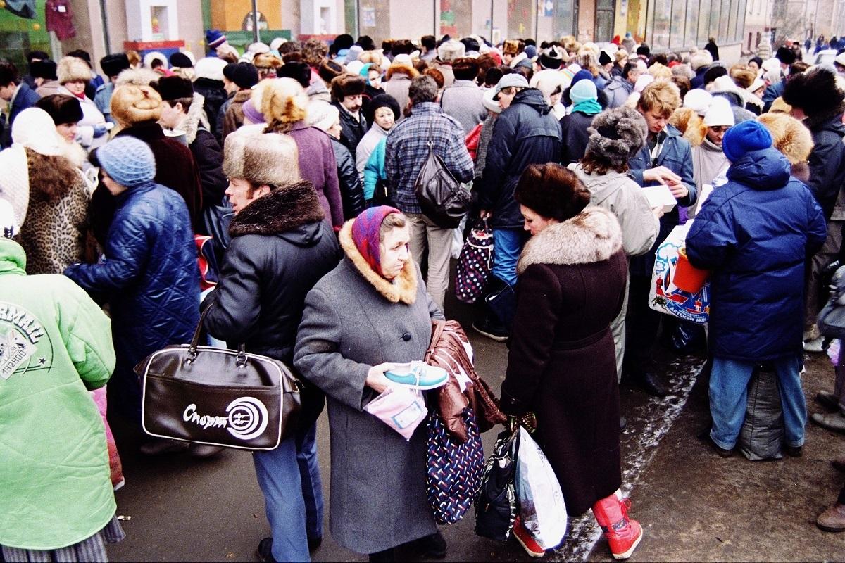 写真・図版 : ソ連時代のモスクワ市民=1990年12月