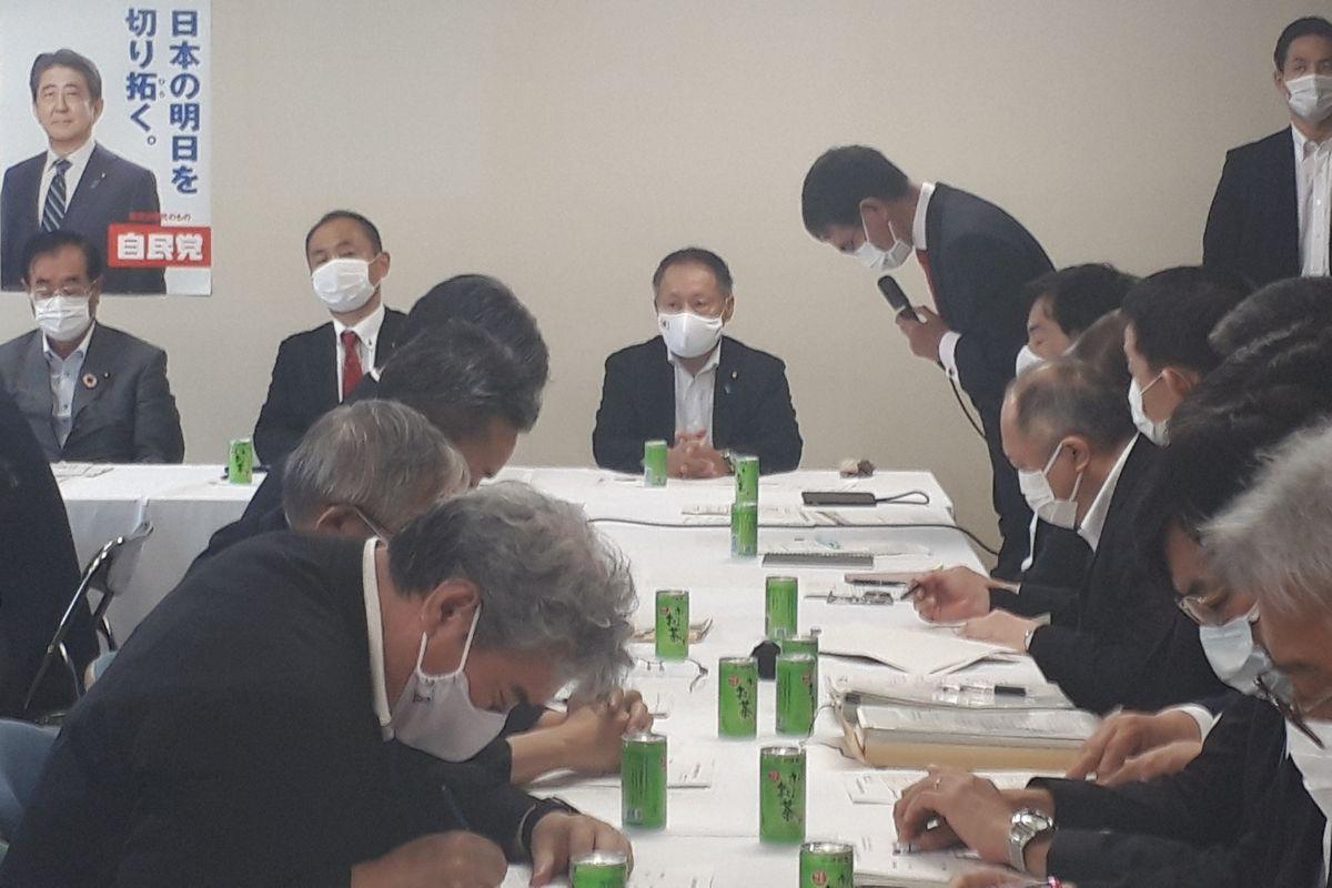 写真・図版 : 自民党国防部会に出席した防衛省の文官たち(手前)=2020年、東京・永田町の自民党本部。藤田撮影