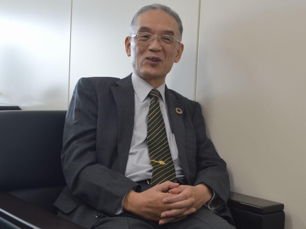 写真・図版 : インタビューに応じる黒江氏=2021年、東京・神田駿河台。藤田撮影