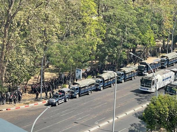 写真・図版 : 2月17日 待機する軍隊と警察 フレーダン交差点付近(著者の知人撮影)