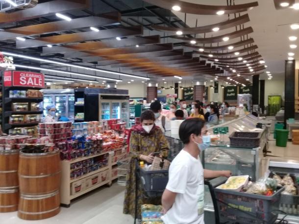 2月21日午後4時30分 スーパーで食料品を買いだめする人たち(著者撮影)