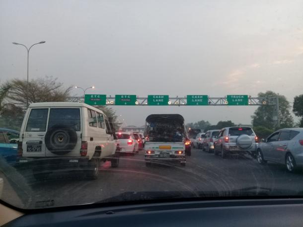 写真・図版 : 2021年2月20日午前6時30分 ヤンゴンから脱出する車で渋滞している高速道路料金所付近(著者撮影)