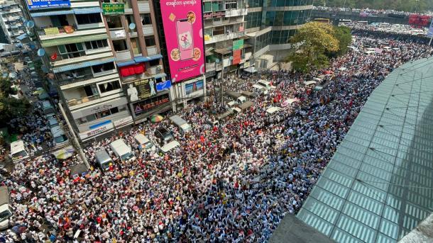 写真・図版 : 2月22日 道路を埋め尽くす市民の抗議活動 フレーダン交差点(著者の知人撮影)