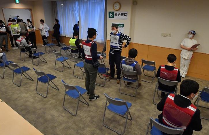 写真・図版 : 大阪府和泉市で実施された新型コロナウイルスのワクチン接種訓練=2021年2月20日午後、遠藤真梨撮影