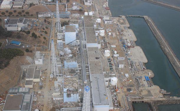 写真・図版 : 大地震と津波で深刻な被害を受けた福島第一原発=2011年3月20日、福島県大熊町、エア・フォート・サービス提供