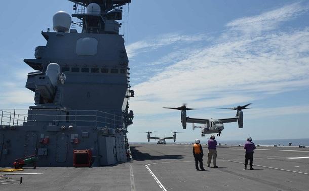 写真・図版 : 「いずも」で行われた米海兵隊オスプレイの発着艦訓練=2016年7月22日、鹿児島県沖