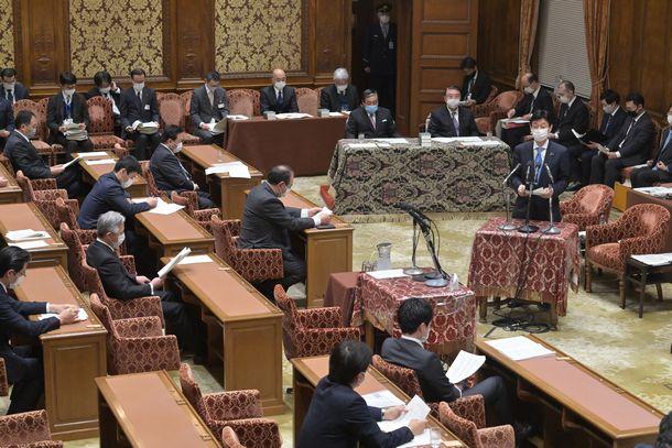 新型コロナウイルス対策を報告する西村康稔経済再生相(右手前)