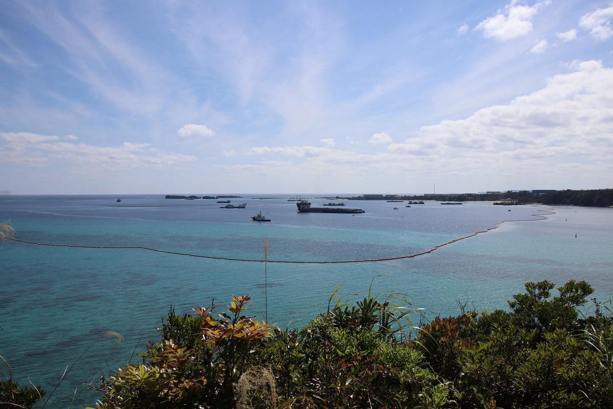写真・図版 : 展望台から工事が進む大浦湾を望む (筆者撮影)