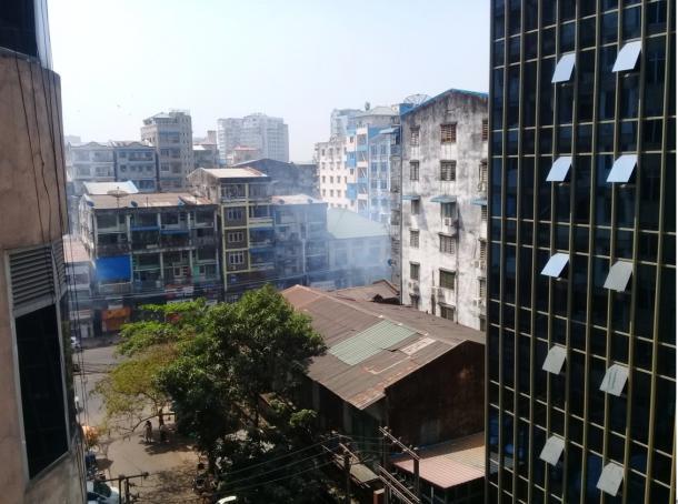 2月27日午前11時 催涙弾の白煙があがる サンチャウン地区バガヤ通り (筆者撮影)
