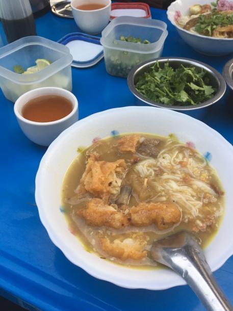 ミャンマーの国民食モヒンガー(ナマズだしスープに米麺)