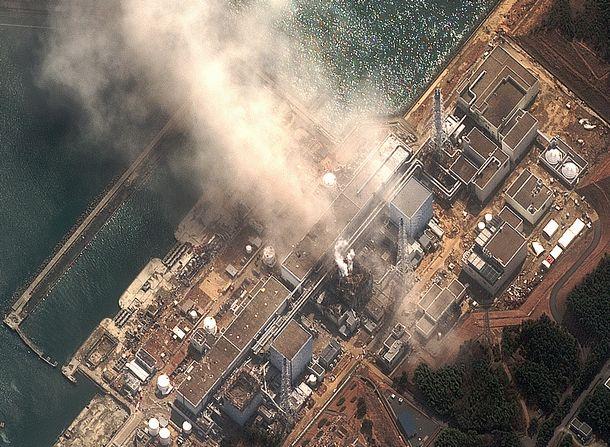 水素爆発を起こし、白煙状の湯気を噴き上げている東京電力・福島第一原子力発電所3号機(中央)=2011年3月14日、米デジタルグローブ提供