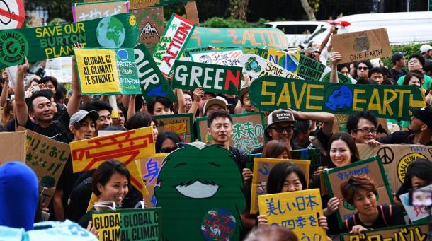 デモ行進の出発前、プラカードを掲げて気候危機を訴える参加者たち=2019年9月20日、東京都渋谷区