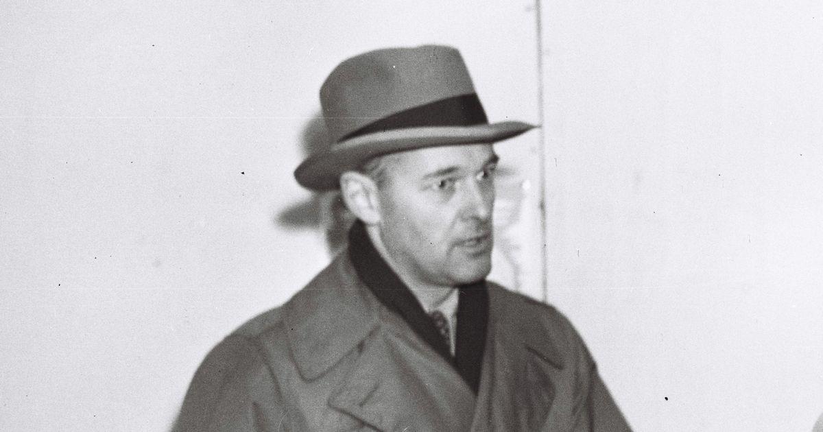 写真・図版 : ジョージ・ケナン米国務省政策企画局長=1948年3月1日、羽田空港で、朝日新聞撮影