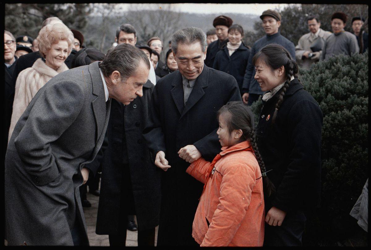 写真・図版 : 1972年2月に訪中し、周恩来首相(中央)と杭州の西湖公園を訪れたニクソン大統領(左)=米政府提供。ニクソン大統領図書館・博物館のサイトより