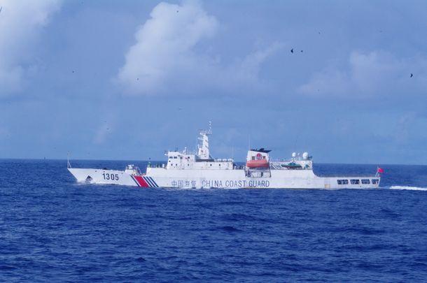 写真・図版 : 2021年2月16日に日本漁船を追って領海侵入した海警「1305」。船の前方部分に砲のようなものを搭載している=海上保安庁提供、2019年8月撮影