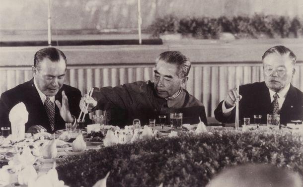 写真・図版 : 歓迎宴会で田中角栄首相(左)に料理をすすめる周恩来首相(中央)。右は大平正芳外相=1972年9月25日、中国・北京の人民大会堂宴会場