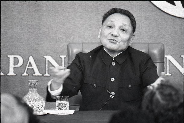 写真・図版 : 日本記者クラブでの記者会見で語る鄧小平副首相。尖閣諸島問題については「棚上げ」して、10年かそれ以上は凍結、後の世代に解決をゆだねると語った=1978年10月25日、東京・内幸町