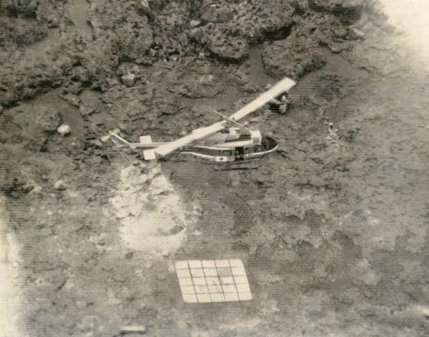 写真・図版 : 魚釣島の仮設ヘリポートに着陸する海上保安庁のヘリコプター一番機。沖に待機した巡視船「そうや」から飛来した=1979年5月23日、尖閣諸島・魚釣島上空、朝日新聞社機から撮影