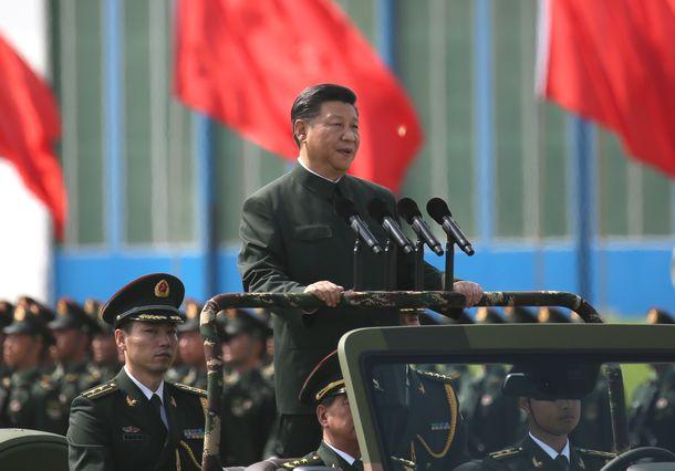 写真・図版 : 中国軍の香港駐留部隊を閲兵する習近平国家主席=2017年6月30日、香港