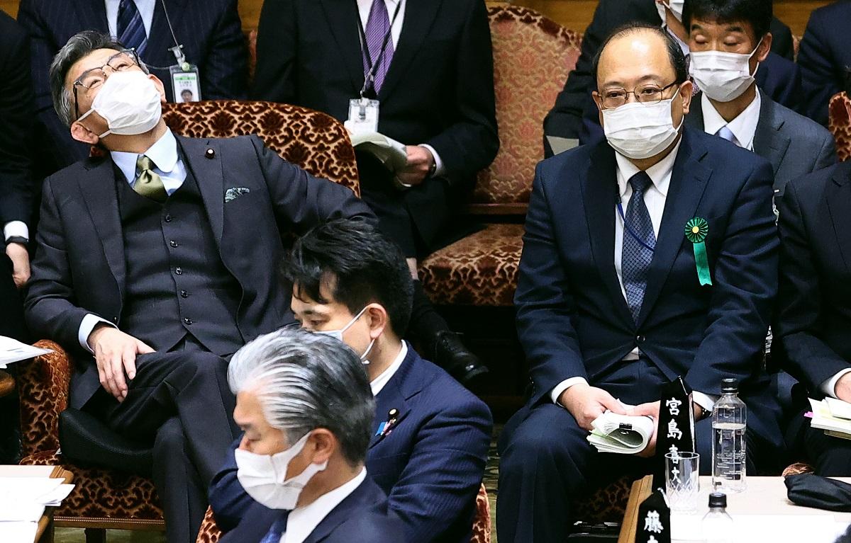 参院予算委員会に出席した武田良太総務相(左)と谷脇康彦・前総務審議官(右)=2021年3月8日