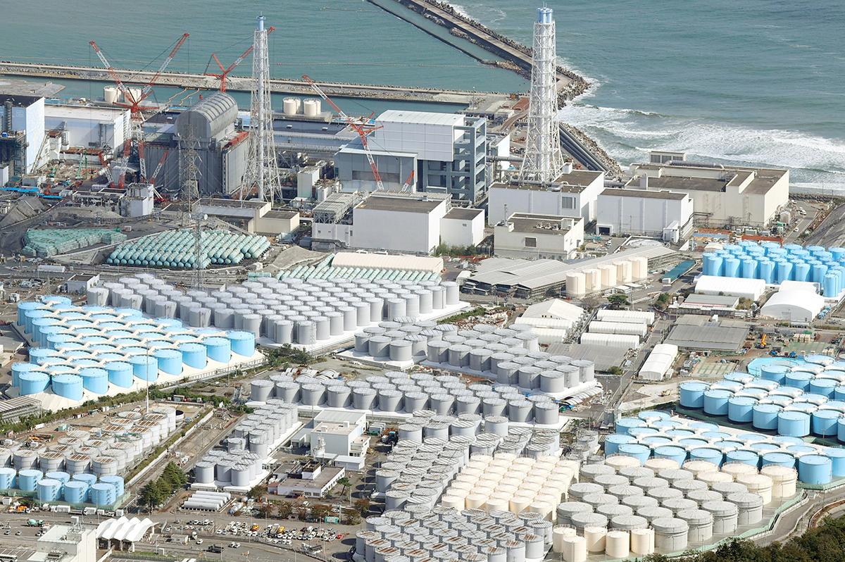 写真・図版 : 敷地内に汚染水の貯蔵タンクが並ぶ福島第一原発=2020年10月16日、福島県大熊町、朝日新聞社ヘリから