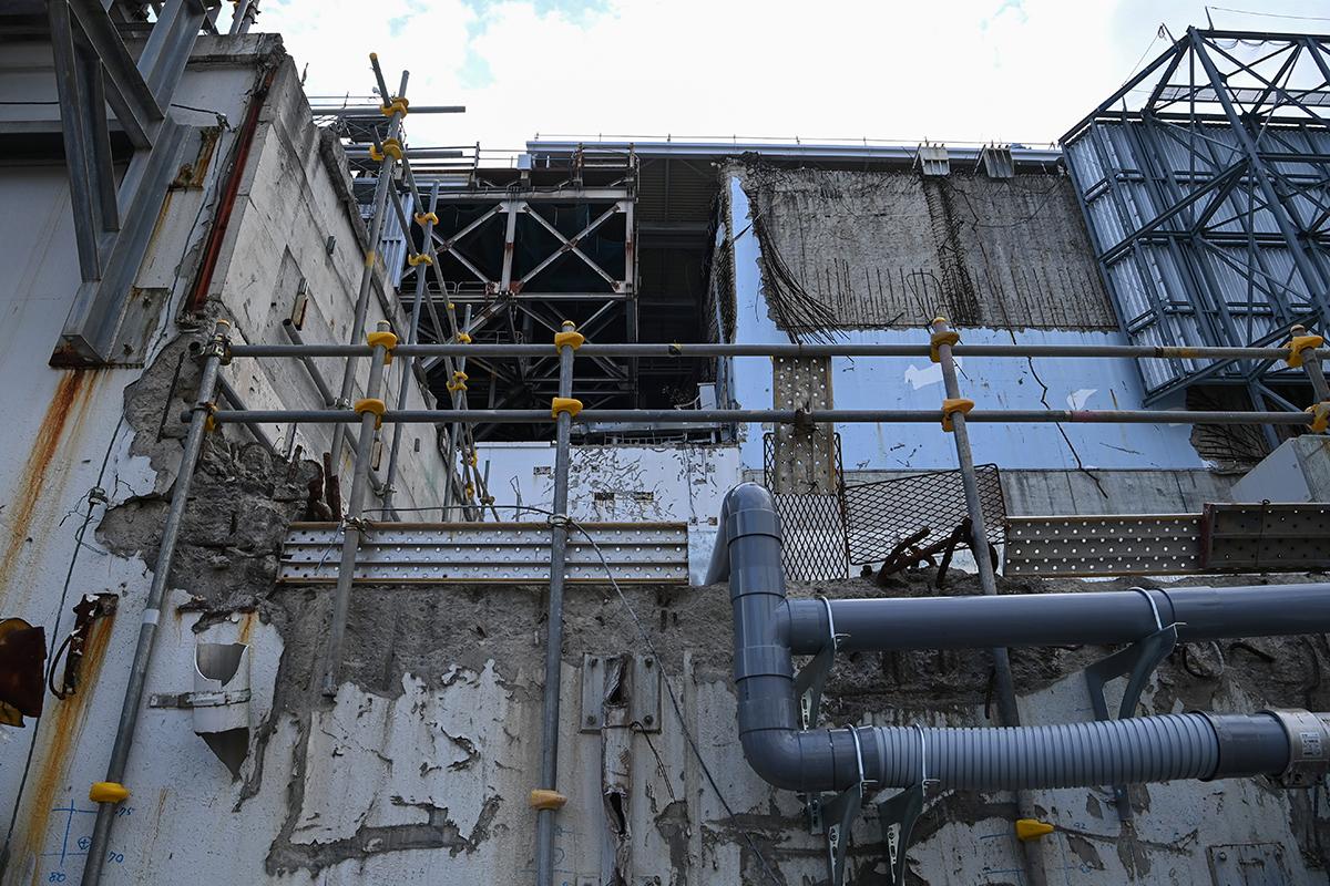 写真・図版 : むき出しになった壁が残る3号機の原子炉建屋=2021年2月1日午後、福島県大熊町