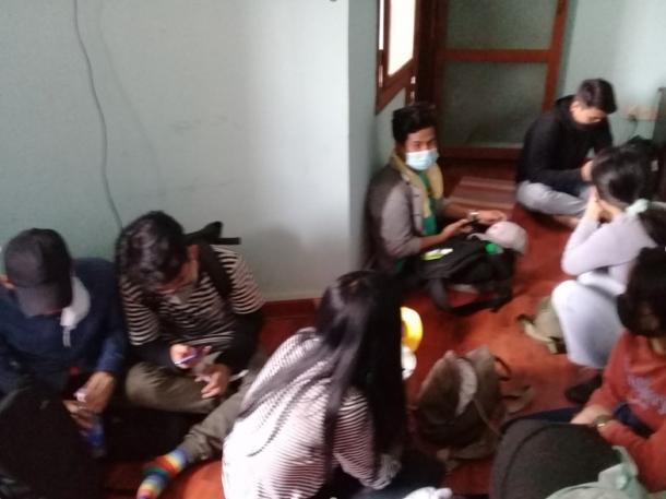 2月28日 午後1時30分 アパートに逃げ込んできた若者たち 筆者撮影