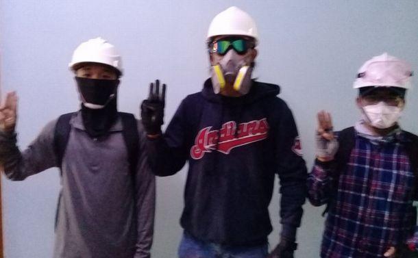 2月28日 午後2時30分 完全装備でデモに戻っていく若者たち 筆者撮影