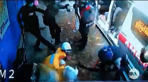 治安警察官に暴行され宇ボランティア救急隊員たち(下記YouTube映像から)