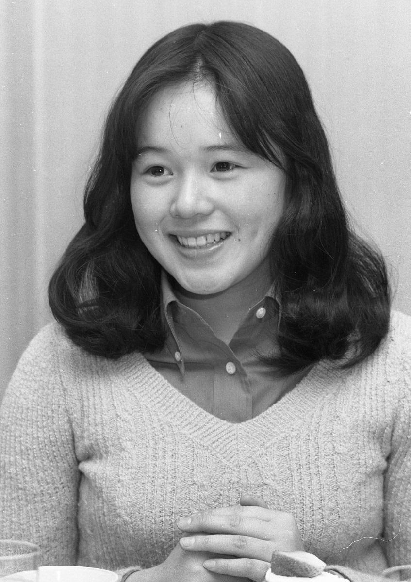 写真・図版 : NHK朝の連続テレビ小説『水色の時』に主演した17歳の大竹しのぶ(1978年)。10代から巨匠監督の映画に相次いで出演し、注目されていた