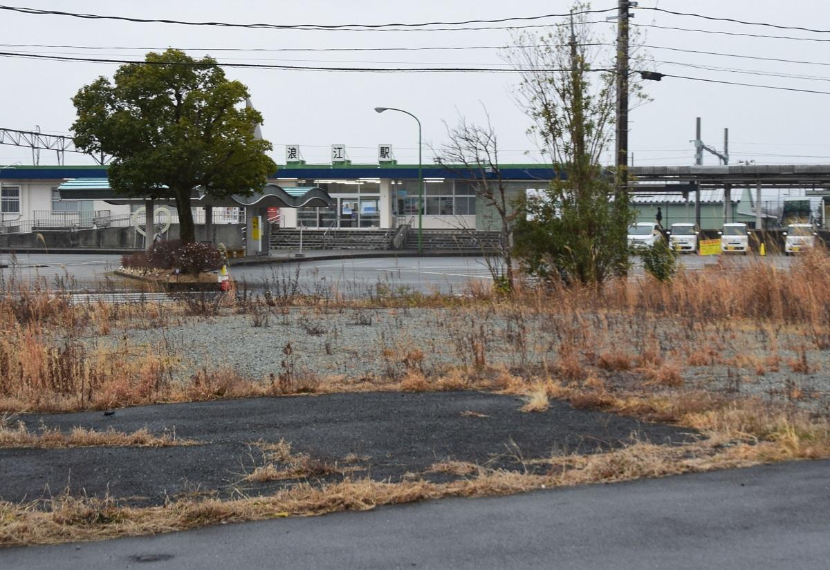 2020年3月に全線再開したJR常磐線の浪江駅前=福島県浪江町