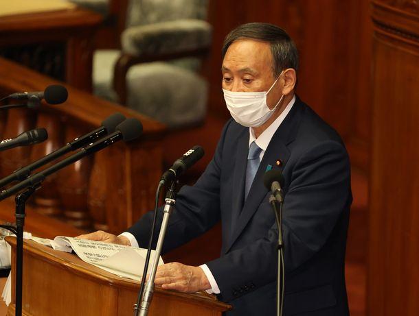 臨時国会で所信表明演説を行う菅義偉首相=2020年10月26日、国会内