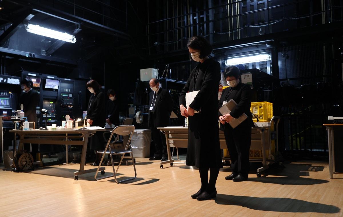 写真・図版 : 福島県南相馬市での追悼式典で、地震の発生時刻に合わせ黙禱する市職員ら=2021年3月11日