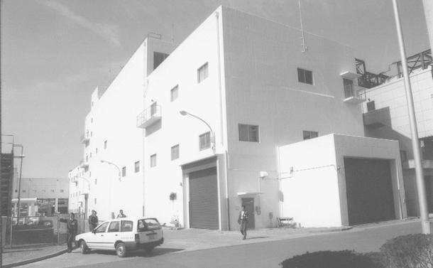 火災が鎮火した後、爆発のあったアスファルト固化処理施設=東海村村松の動燃東海事業所で=1997年3月撮影