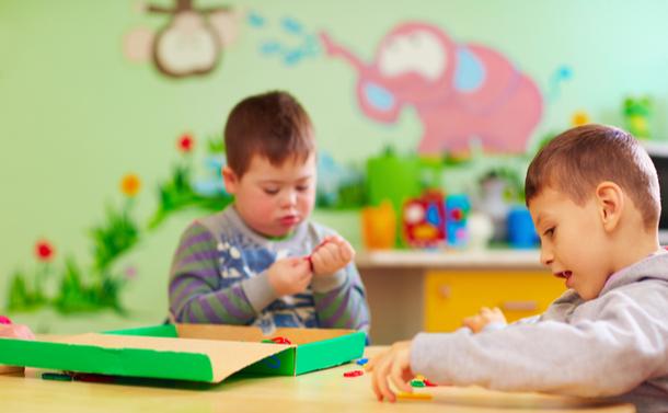 写真・図版 : デイケアセンターで細かい運動能力を身に付ける特別なニーズを持つ子どもたち=Olesia Bilkei,shutterstock.com