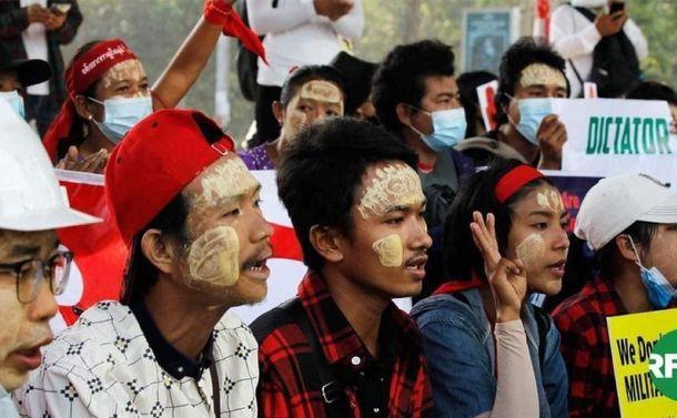 """ミャンマーでフェイスブックを「武器」に闘う市民~ 独自の""""リテラシー""""も"""
