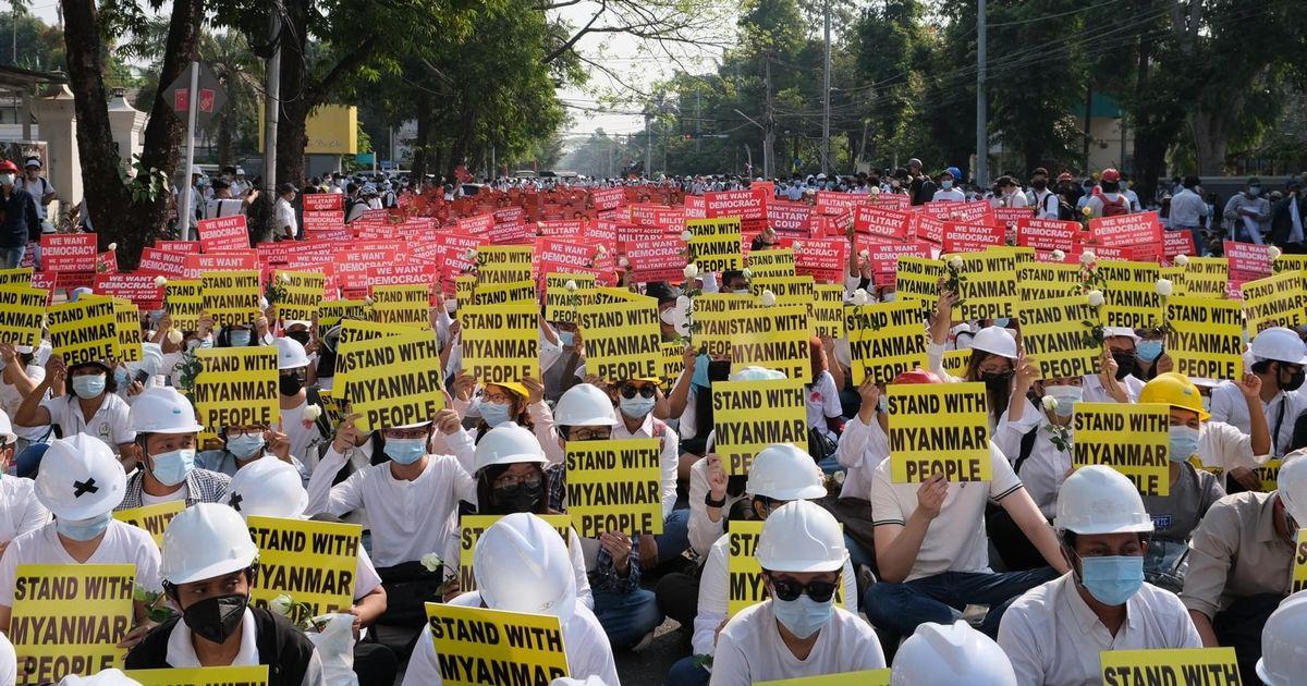 写真・図版 : 2021年2月22日「22222運動」で集結する= ヤンゴン市民提供