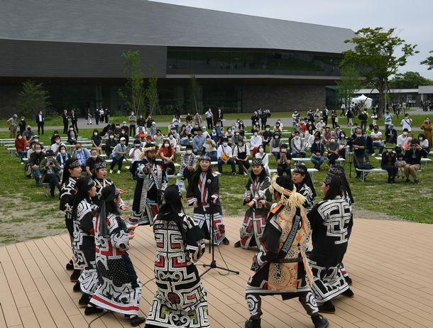 「ウポポイ」がオープンし、屋外ステージではアイヌ古式舞踊が披露された=2020年7月12日、北海道白老町