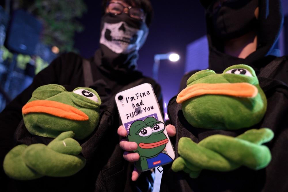 写真・図版 : 香港のデモでも多用されたキャラクター「カエルのペペ」 YT HUI / Shutterstock.com