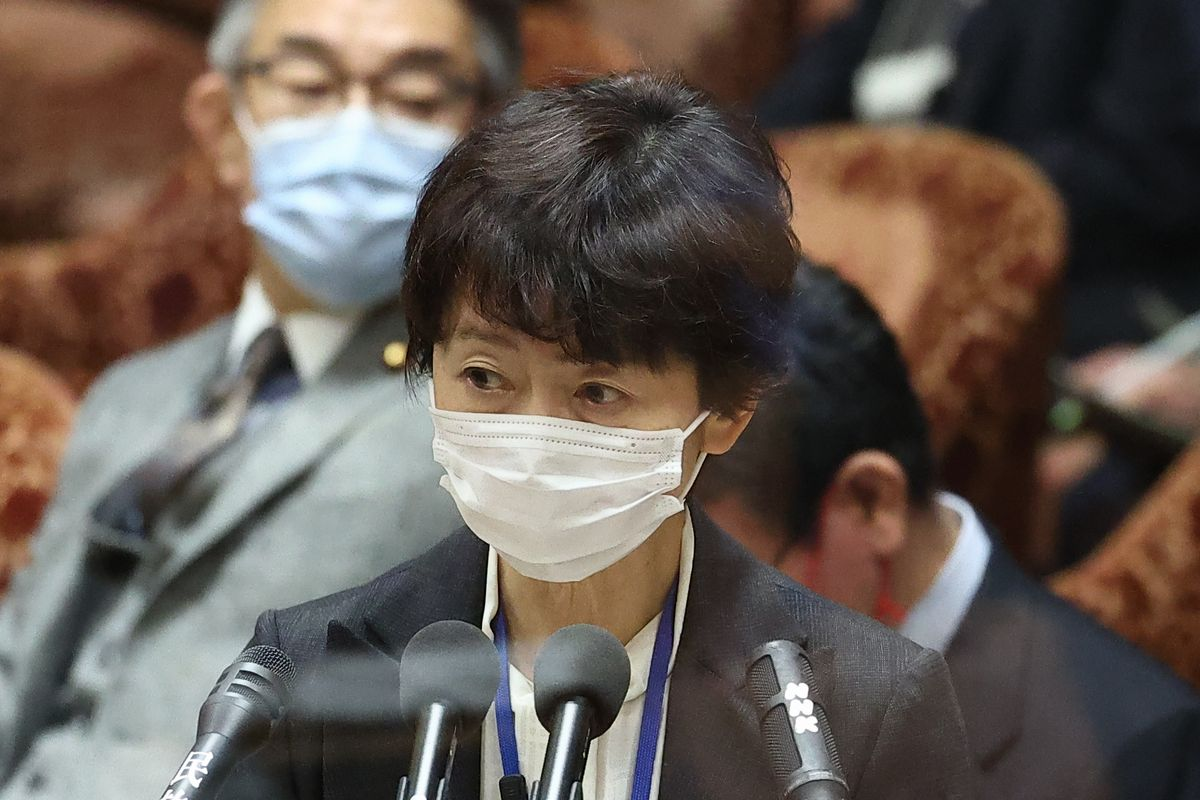 写真・図版 : 衆院予算委で答弁する山田真貴子内閣広報官=2021年2月25日