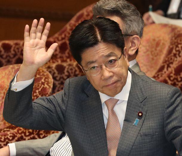 写真・図版 : 加藤勝信厚労相(当時)=2020年2月20日、国会