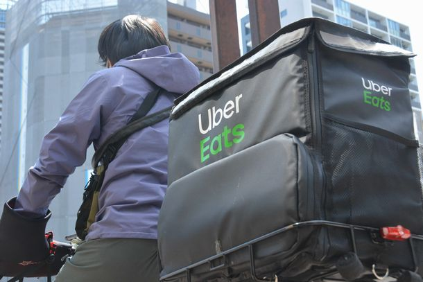 写真・図版 : 「Uber Eats」の配達員=2020年4月11日、東京都内