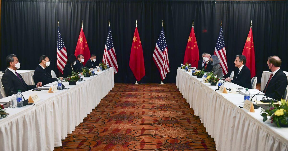 写真・図版 : 米アラスカ州アンカレジで米中外交トップ会談に臨むブリンケン米国務長官(右から2人目)と中国の中国の楊潔篪(ヤンチエチー)共産党政治局員(左から2人目)=2021年3月19日、AP