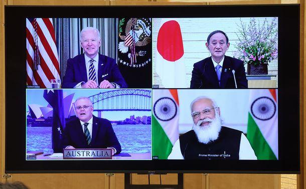 写真・図版 : 日米豪印オンライン首脳会談で会談する(右上から時計回りに)菅義偉首相、モディ印首相、モリソン豪首相、バイデン米大統領=2021年3月12日、首相官邸