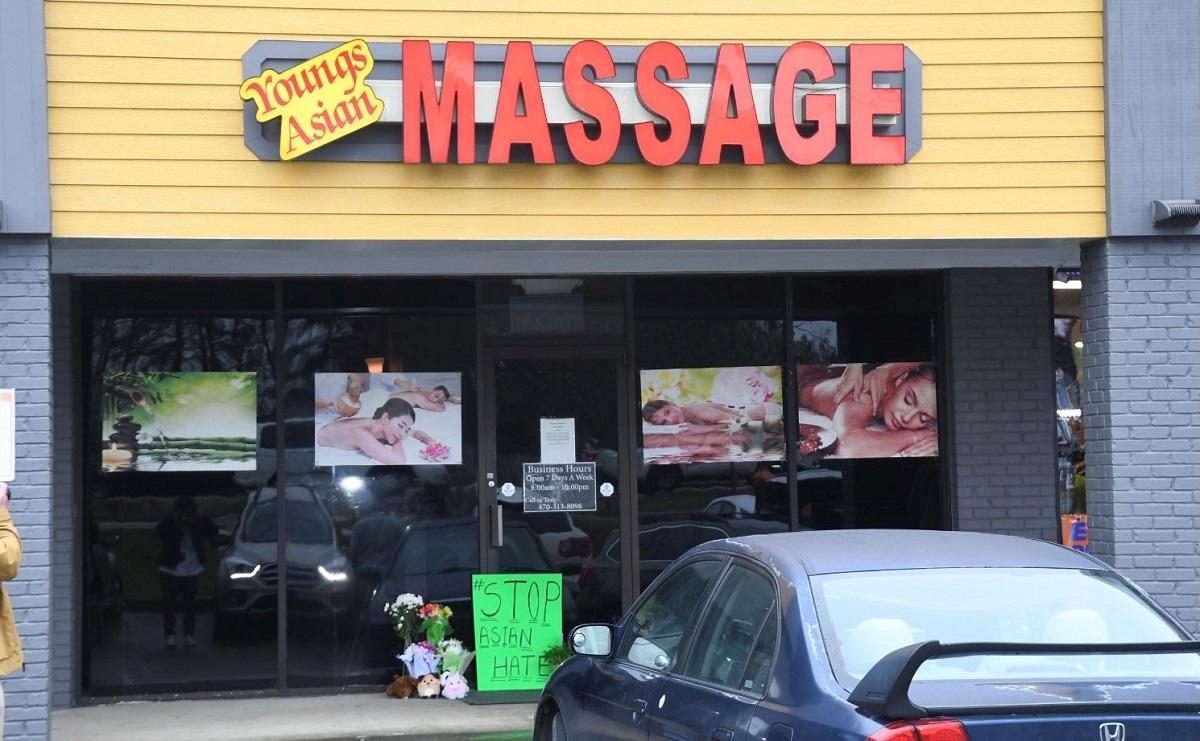 写真・図版 : 4人が射殺されたマッサージ店=2021年3月17日、米アトランタ