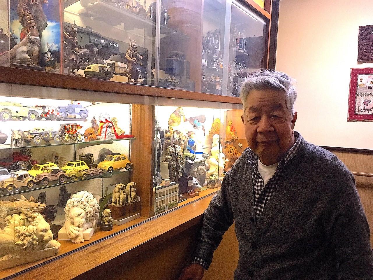 写真・図版 : 大塚康生さんのご自宅玄関のギャラリーはコレクションと自作模型がぎっしりだった=2018年、撮影・筆者