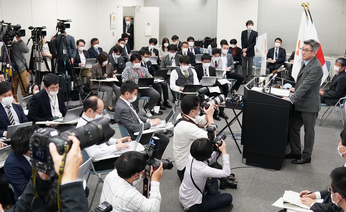 幹部の処分について記者会見する武田良太総務相(右)=2021年2月24日午後5時43分、東京都千代田区、20210224