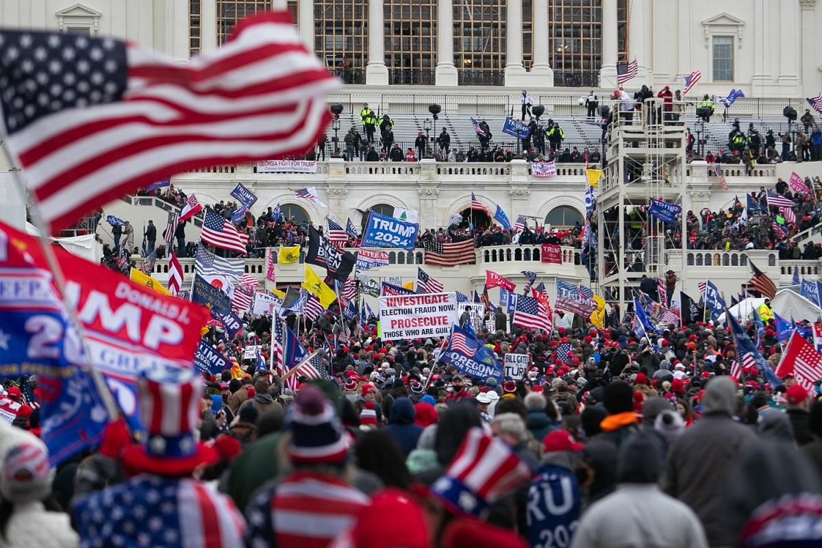 写真・図版 : 米首都ワシントンの連邦議事堂に集まったトランプ大統領の支持者たち=2021年1月6日