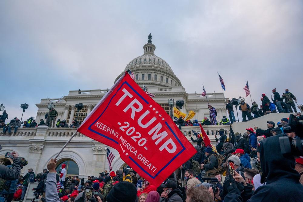 写真・図版 : 米連邦議事堂に乱入したトランプ支持者=2020年1月6日 Thomas Hengge / Shutterstock.com